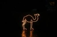 Leuchtendes Kamel aus Rundeisen mit einem Lichtschlauch nachgezeichnet