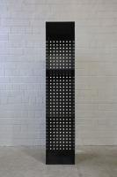 Kaminholzregal mit einer Rückwand aus gelochtem Stahl