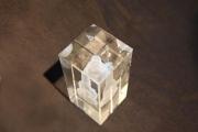 Kavernen für die Stadtwerke Kiel, maßstabsgerecht in einen Glaskorpus gelasert,