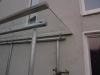 Dach aus feuerverzinktem Stahl und Sicherheitsglas für eine Kellertreppe