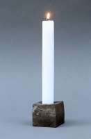 Kerzenleuchter aus einem massiven Würfel geschmiedet