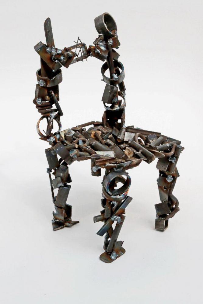 kleiner stuhl aus schrott. Black Bedroom Furniture Sets. Home Design Ideas
