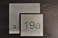 Zweiteiliges Klingelschild kombiniert mit einer Hausnummer aus Edelstahl