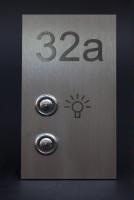 Klingelschild aus Edelstahl mit Hausnummer Licht- und Klingeltaster