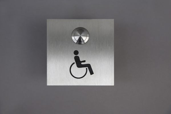 Klingelschild mit einem Rollstuhl Pictogramm