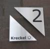2 teiliges Klingelschild aus anlassbeschriftetem Edelstahl mit integrierter Hausnummer