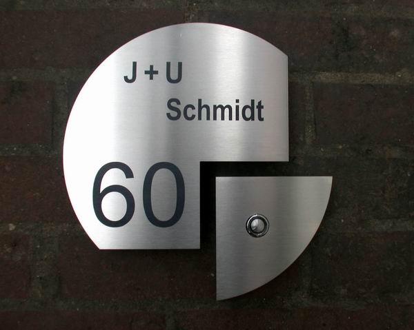 Das andere Klingelschild aus Edelstahl, mit Hausnummer und Namenszug