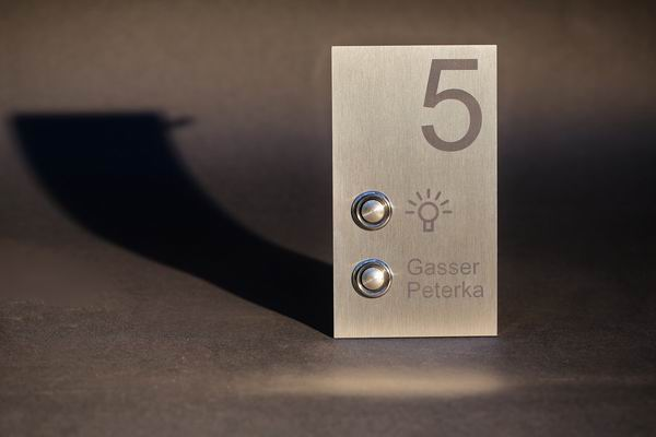 alles auf einem blick hausnummer klingelknopf und lichtschalter. Black Bedroom Furniture Sets. Home Design Ideas