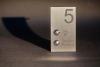 Alles auf einem Blick Hausnummer, Klingelknopf und Lichtschalter.