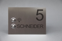 Klingelschild mit zusätzlichem Lichttaster und Hausnummer aus anlassbeschriftetem Edelstahl