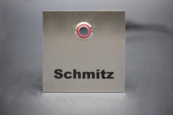 Klingelschild mit einem rotem LED Taster