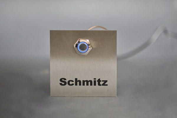 Klingelschild mit einem blauen LED Taster