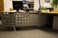 Knieraumblende oder Schreibtischblende aus Stahl, lackiert