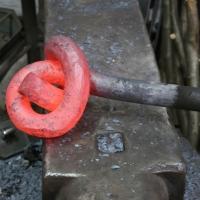 Ein Knoten aus 30 mm Rundeisen wird geschmiedet