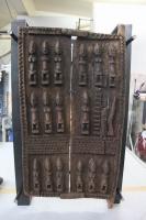 Tisch aus Stahl und Glas und einer antiken Kornspeichertüre aus Afrika