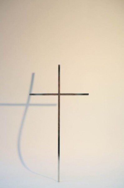 Kreuz aus geschmiedetem und teilweise poliertem Edelstahl