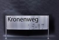 Edelstahl Schild mit einem Folien Plot und einer Edelstahl Hausnummer
