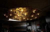 Kronleuchter aus mit Schlagmetall vergoldeten Blechstücken, die mit Kupferfolie hinterlegt sind
