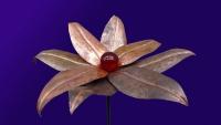 Glasblume aus patiniertem Kupfer mit einer roten Glaskugel in 6 cm Durchmesser