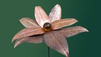 Glasblume aus patiniertem Kupfer und einer amber farbenen Glaskugel
