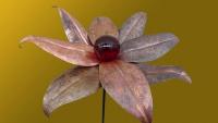 Glasblume aus patiniertem Kupfer und einer großen, roten Glaskugel