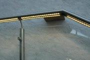 Edelstahlgeländer mit einer Glasfüllung und LED Linie im Handlauf