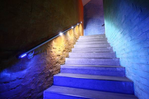 led handlauf aus edelstahl mit wei em und blauem licht. Black Bedroom Furniture Sets. Home Design Ideas