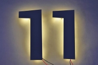 LED hinterleuchtete Hausnummer aus Edelstahl