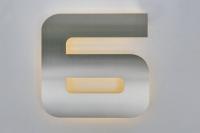 """Hausnummer """"6"""", mit LED warm weiß hinterleuchtet"""