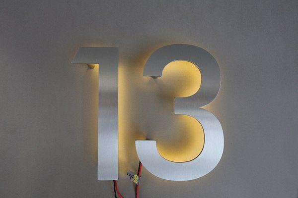 Hausnummer in Edelstahl mit LED hinterleuchtet