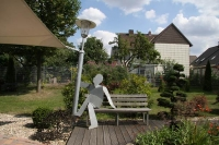 Laternenmann auf einer Gartenbank für die SOCON SONAR CONTROL Kavernenvermessung GmbH in Emmerke