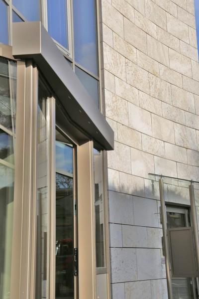 Leuchte für den Eingangsbereich an einer Aluminium Glas Fassade