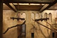 Kronleuchter als Affenschaukeln für die Hulmann Affen im Zoo Hannover