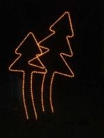 Zwei verschieden große Leucht Tannenbäume aus Rundeisen mit Lichtschlauch