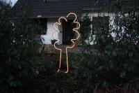2 teiliger Baum aus Stahl als Gartendeko mit einem Lichtschlauch nachgezeichnet