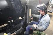 """02.02.2010 Die """"Sandspender"""" und die Befestigungen für den Kesselaufbau werden befestigt."""