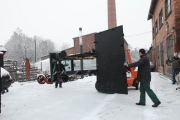 10.02.2010 Das Fahrgestell, sperrig und schwer, wird hinausgebracht