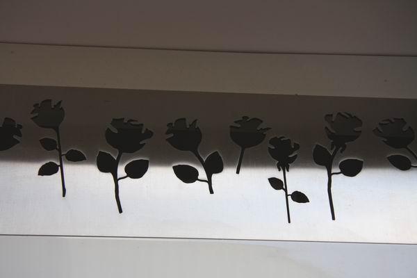 Lüftungsgitter aus 3 mm Edelstahl mit ausgelaserten Rosen für eine Schreibtischplatte