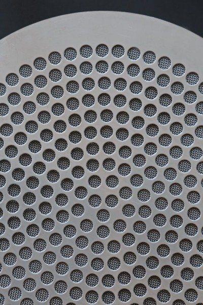 Lüftungsgitter aus Edelstahl mit einer Edelstahl Gaze hinterlegt