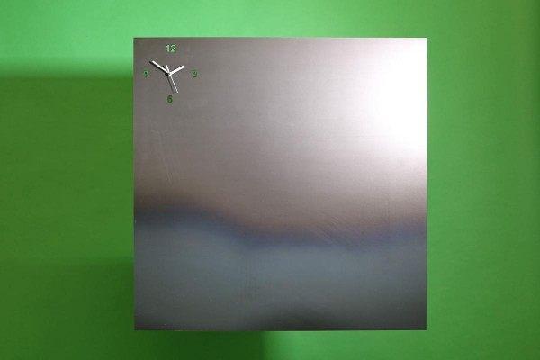Magnet Pinnwand aus 3 mm Rohstahl mit einer Uhr