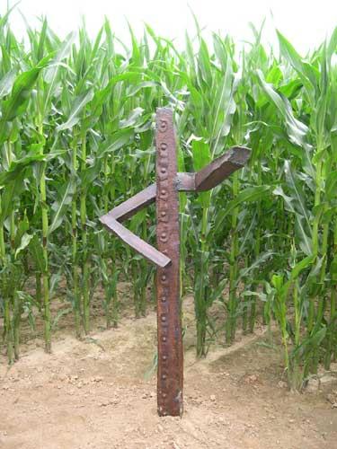 Skulptur aus Stahl - Kunst im Maislabyrinth