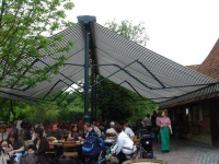 Riesige, freistehende Markise im Meyers Hof im Zoo Hannover