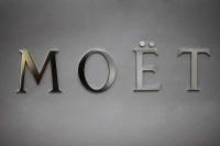 Schriftzug MOET aus Edelstahl