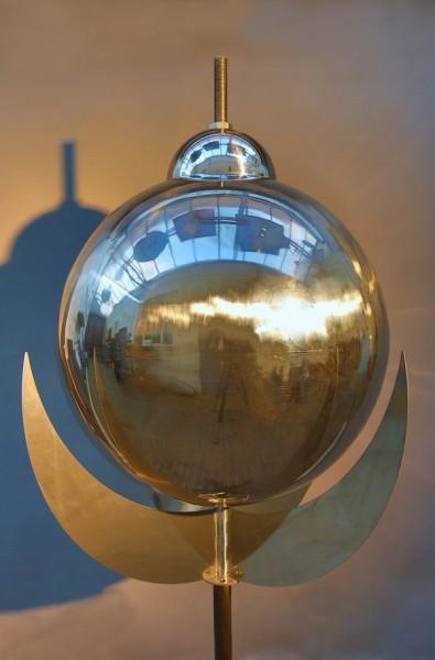 Mondkugel aus poliertem Edelstahl für einen 21 Meter hohen Stupa