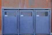 Blau lackierte Müllbox