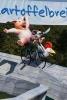 die Drei Freunde  auf der Rodelbahn im Mullewapp mit einem riesiegen Maulschlüssel und Luftpumpe