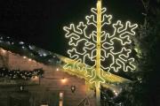 Eine 2 Meter große, leuchtende Schneeflocke mit LED Beleuchtung