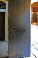 Mit Stahlblech benagelte Holztüre in Leizig
