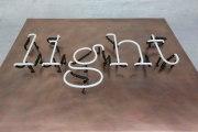 Neon Schriftzug auf einem Tombakblech
