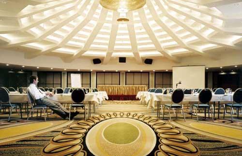 phantastischer kronleuchter f r das nikko hotel in. Black Bedroom Furniture Sets. Home Design Ideas